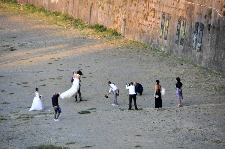 Wedding photo shoot along the Thebe, Rome.