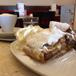 A classic combination: Wiener melange and apfelstrudel